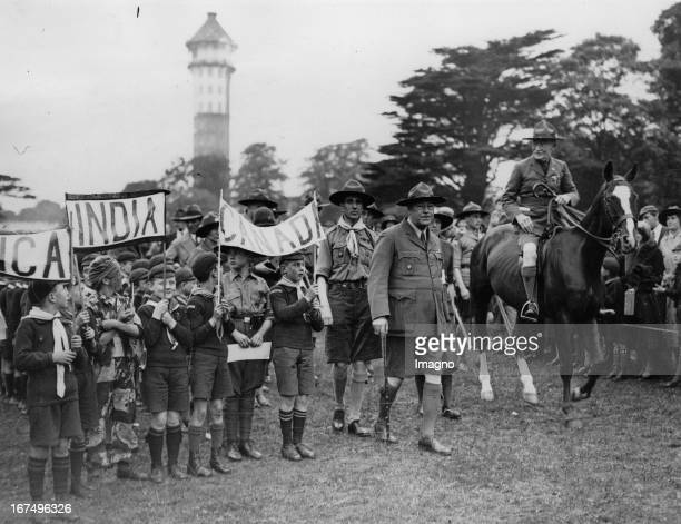 The founder of the Scout movement Robert BadenPowell at a Scout meeting at Crystal Palace / London June 1932 Photograph Der Gründer der...