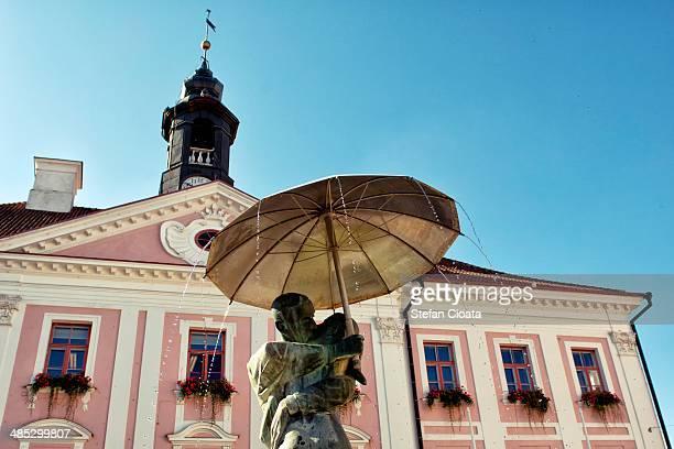the fountain of kissing students tartu - estland bildbanksfoton och bilder