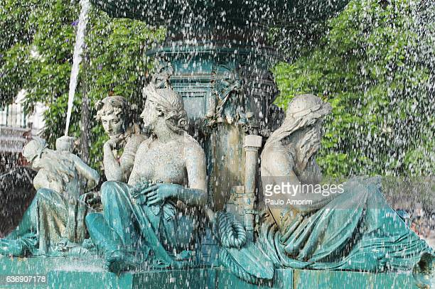 the fountain of the rossio square in lisbon - ロッシオ広場 ストックフォトと画像