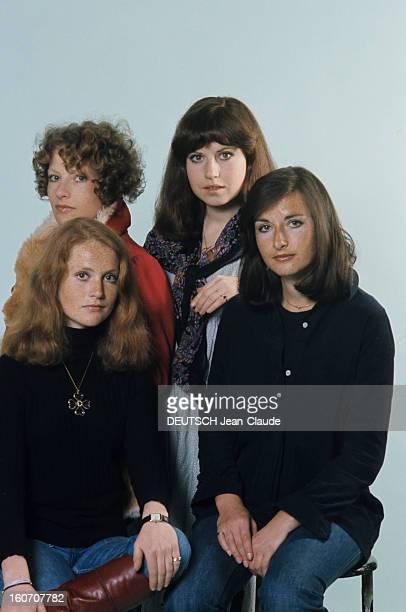 The Four Huppert Sisters Pose In Studio En mai 1976 portrait en studio au premier plan de gauche à droite des actrices Isabelle HUPPERT en jean et...