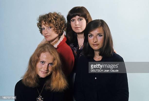 The Four Huppert Sisters Pose In Studio En mai 1976 portrait en studio au premier plan de gauche à droite des actrices Isabelle HUPPERT souriante en...