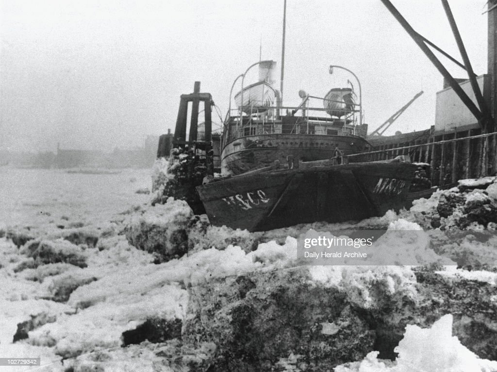 The freezing over of the River Thames, London, 1895. : News Photo