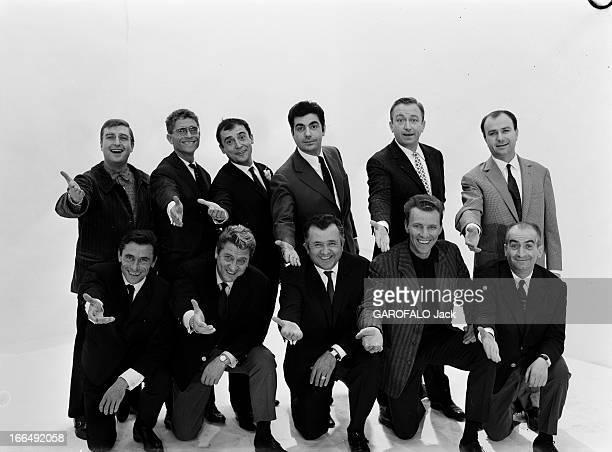 The French Comics. FRANCE octobre 1962, réunis en studio, des humoristes en spectacle à Paris à cette époque. Debout derrière de gauche à droite :...