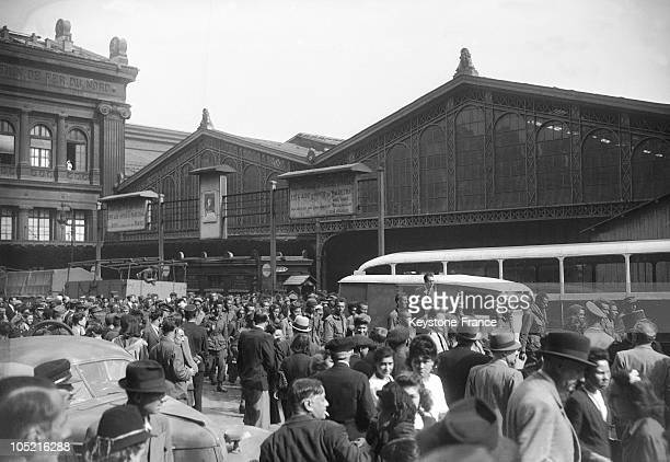 The French Population Awaiting A Convoy Of Allied Soldiers Made Prisoner On The Normandy Front In Front Of The Nord Train Station In Paris Before...