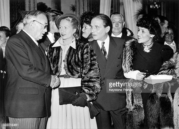 The French President Vincent Auriol talks to the actors Josette Day Pierre Blanchar and the singer Marie Dubas at a reception at the Elysee Palace 2...