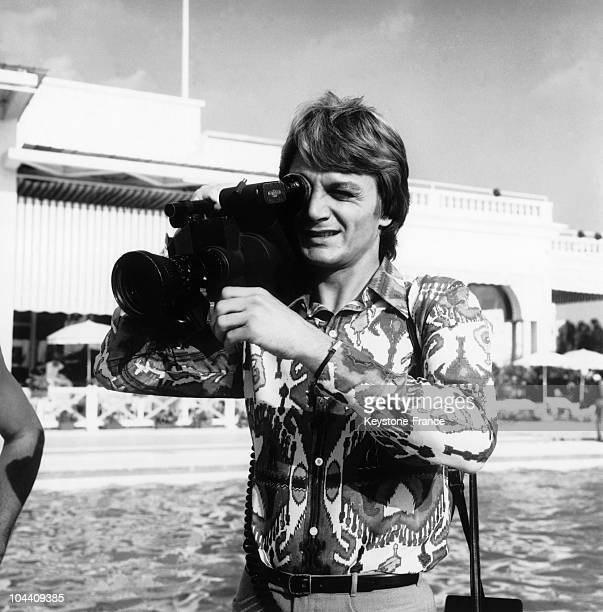 The French singer Claude FRANCOIS is getting ready to film on the edge of the swimming pool of the PALM BEACH Hotel swimming pool in Cannes