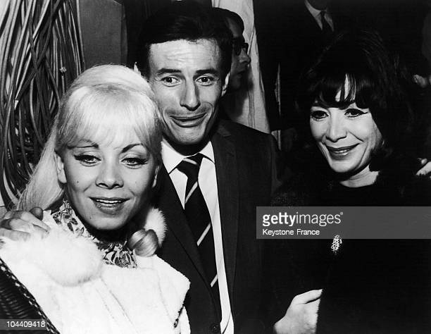 The French singer Jean FERRAT surrounded by two of his singers Isabelle AUBRET and Juliette GRECO