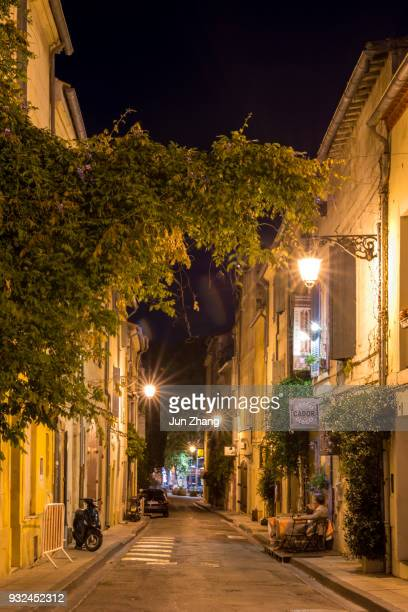 a pequena cidade francesa arles, à noite - cultura francesa - fotografias e filmes do acervo