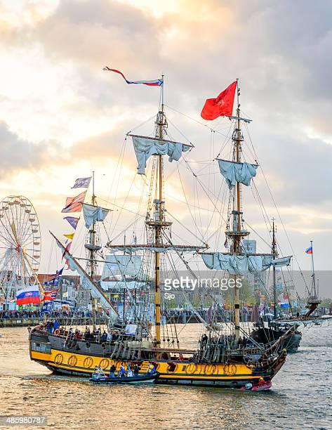 das frigate shtandart - kriegsschiff stock-fotos und bilder