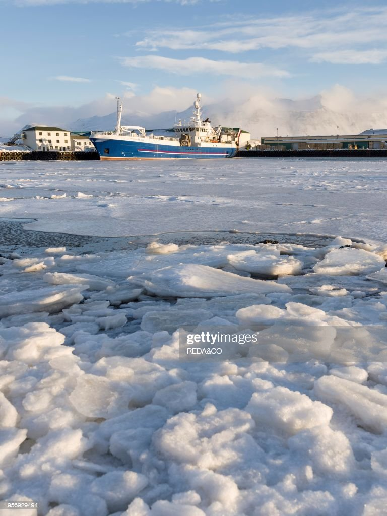 The frozen harbour of the small town Hoefn during winter : Nachrichtenfoto