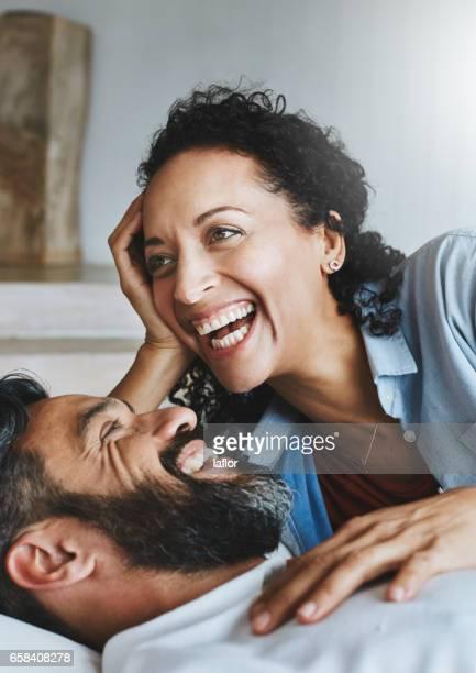 a diversão nunca acaba quando eles estão juntos - sorriso aberto - fotografias e filmes do acervo