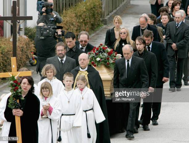 The funeral corteige carrying the coffin of actress Maria Schell makes it's way into Nikolaus church on April 30 2005 in Preitenegg Austria The...