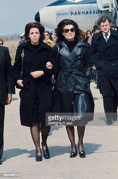 The Funeral Of Aristotle Onassis Les funérailles d'Aristote ONASSIS sur l'île de Skorpios en Grèce Jackie KENNEDY au bras de Christina ONASSIS à leur...