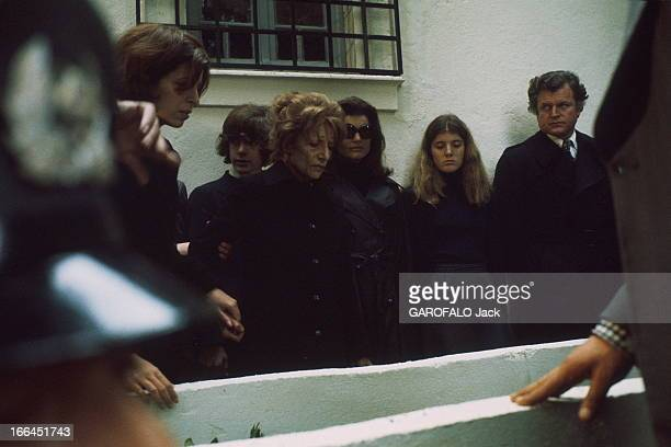 The Funeral Of Aristotle Onassis Les funérailles d'Aristote ONASSIS sur l'île de Skorpios en Grèce devant le tombeau sa fille Christina sa soeur...