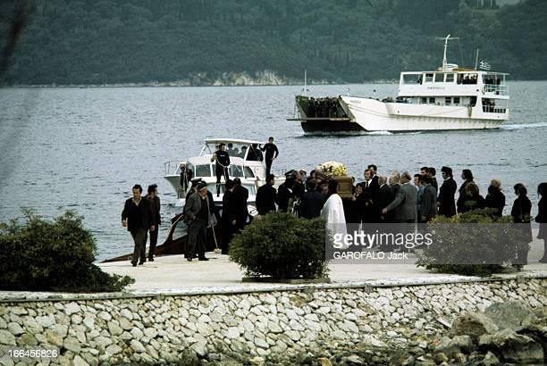 The Funeral Of Aristotle Onassis Skorpios mars 1975 Les obsèques d'Aristote ONASSIS le cercueil d'Aristote ONASSIS débarqué sur l'île est accueilli...