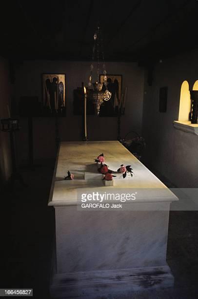 The Funeral Of Aristotle Onassis Skorpios mars 1975 Les obsèques d'Aristote ONASSIS le cercueil d'Aristote ONASSIS de marbre blanc décoré d'une croix...