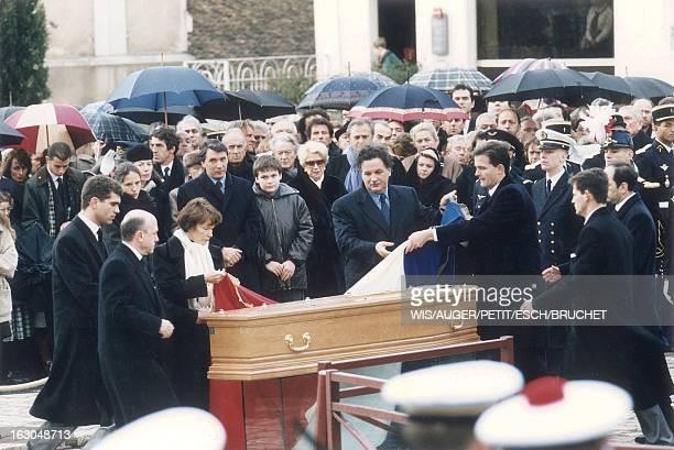 The Funeral Of Francois Mitterrand In Jarnac Danielle MITTERRAND aidée de son fils JeanChristophe et d'autres personnes recouvrant du drapeau...