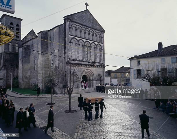 The Funeral Of Francois Mitterrand In Jarnac En France à Jarnac le 11 janvier 1996 durant les obsèques de François MITTERRAND des hommes en uniformes...