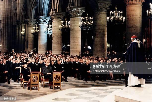 Tribute At Notredame De Paris Le cardinal JeanMarie LUSTIGER de troisquarts dos célébrant la messe en hommage à François MITTERRAND à NotreDame de...