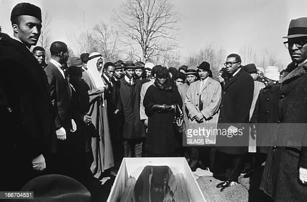 The Funeral Of Malcolm X In New York Les obsèques du leader noir MALCOLM X au cimetière de Farncliff à NEW YORK après son assassinat par des membres...