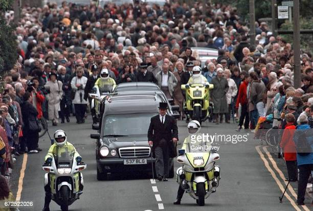 The funeral of murdered TV presenter Jill Dando WestonSuperMare 21st May 1999 Crowds pay their respects as the cortege travels through her home town