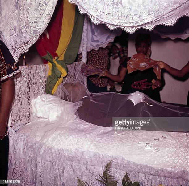 The Funeral Of Togo President Sylvanus Olympio Agoué janvier 1963 Lors de ses obsèques couverte d'un voile blanc transparent la dépouille du...