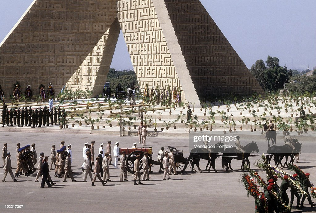 The funeral procession of Sadat President walking kick over the mausoleum of the unknown soldier : News Photo