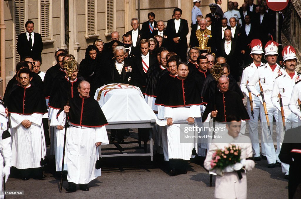 The funeral procession with Carabinieri of Monaco on picket duty in front of the Cathedral of Monaco, during the funeral of Princess Grace; next to the coffin, Ranieri III and his sons are waiting for the guests to entry and take place in the church, the same where Grace Kelly and Prince Ranieri became husband and wife, crowded with princes, ministers and dignitaries. Montecarlo (Principality of Monaco), September 18th, 1982..