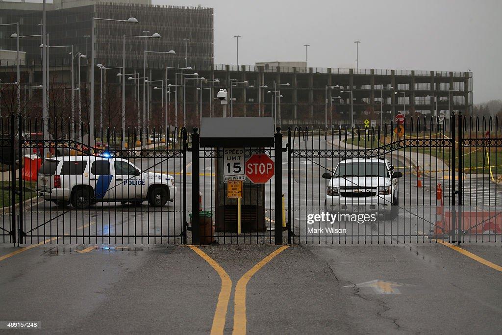 Fotos e imagens de guard fatally shot outside census bureau