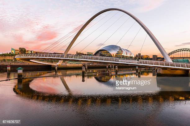 the gateshead millennium bridge - newcastle upon tyne inghilterra foto e immagini stock