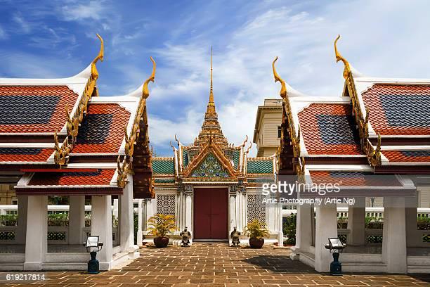 the gateway of phra thinang dusit maha prasat in grand palace, bangkok, thailand - grand palace - bangkok stock pictures, royalty-free photos & images