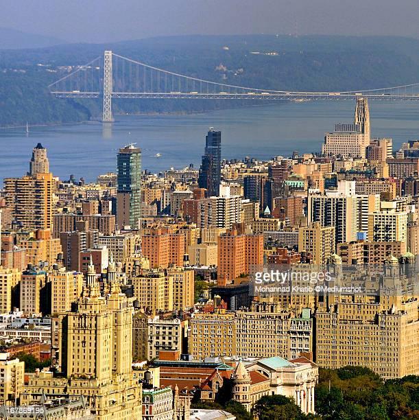 the george washington bridge and new york skyline - george washington bridge stock pictures, royalty-free photos & images