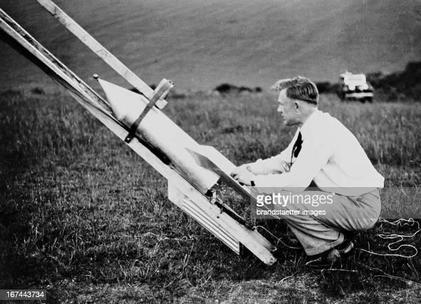 The German businessman and rocket engineer Gerhard Zucker starts a mail rocket in Brighton About 1934 Photograph Der deutsche Geschäftsmann und...