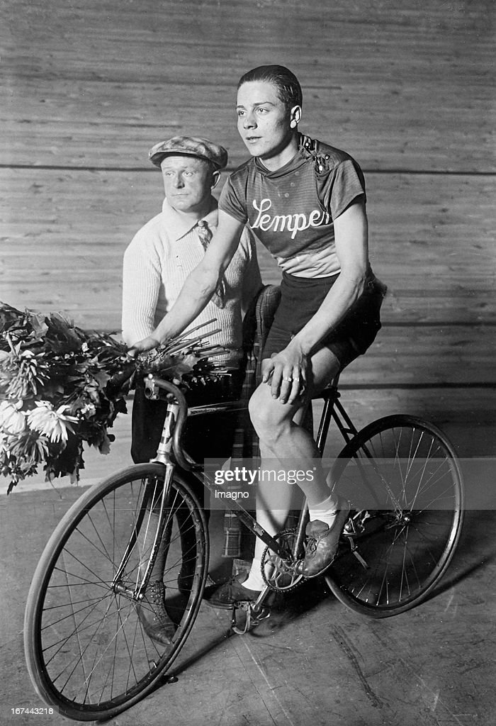 The German cyclist Lothar Ehmer (1908-1989). 1929. Photograph. (Photo by Imagno/Getty Images) Der deutsche Radrennfahrer Lothar Ehmer (19081989). 1929. Photographie.
