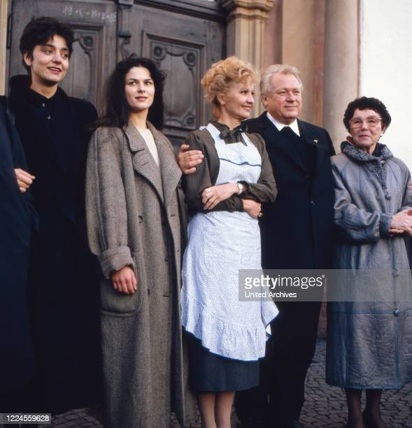 The German film theater and television actor Günter Strack poses with the actresses Liselotte Pulver and Liesel Christ and Despina Pajanou for the...