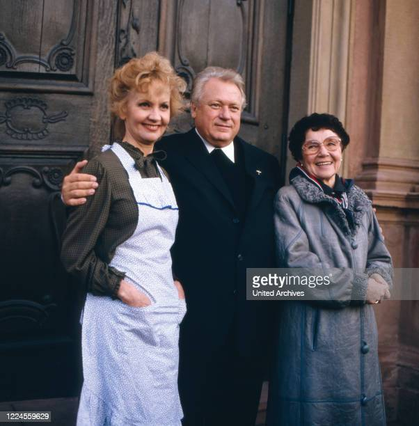 The German film theater and television actor Günter Strack poses with the actresses Liselotte Pulver and Liesel Christ to the ZDF pastor series 'With...
