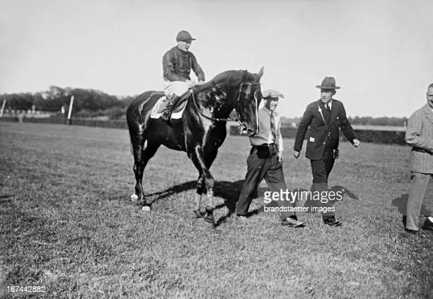 The German jockey Otto Schmidt wins on OBERWINTER at the big Berlin race weekend in Hoppegarten. About 1931. Photograph. Der deutsche Jockey im...