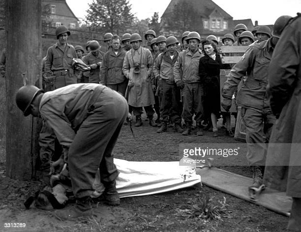 The German spy Jarczyk is buried by the American army after being executed by firing squad
