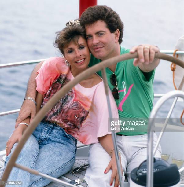 The German-British pop singer Ireen Sheer poses with her husband Gavin du Porter on a sailing boat at the end of the 1980s.