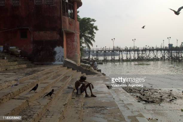 the ghats of the hooghly river in kolkata (calcutta) - argenberg stock pictures, royalty-free photos & images