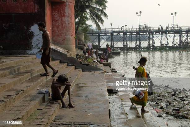the ghats/banks of the hooghly river in kolkata (calcutta) - argenberg fotografías e imágenes de stock