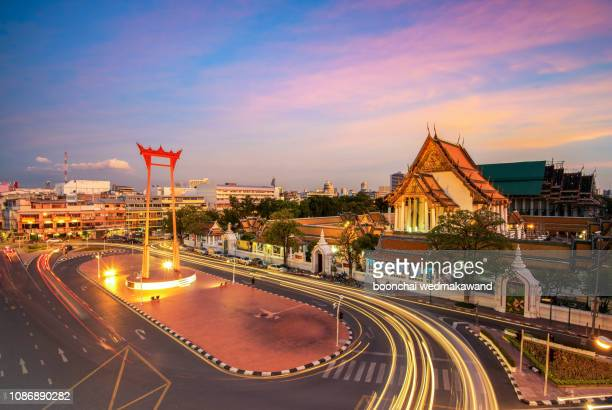 the giant swing with temple of buddha at dusk (bangkok, thailand) - brahmin stock pictures, royalty-free photos & images