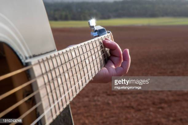 the girl, her hand, the guitar , the evening, the country - miguelangelortega fotografías e imágenes de stock