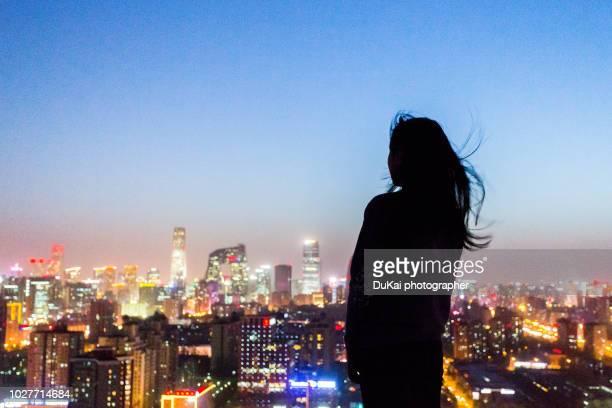 the girl is in beijing cbd - entfernt stock-fotos und bilder