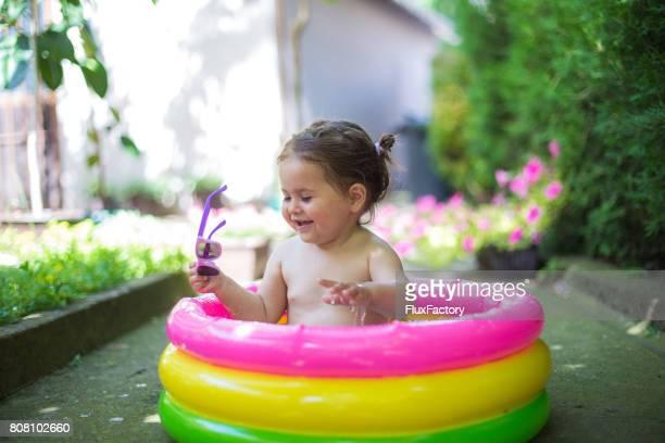 La chica es nadar en la piscina