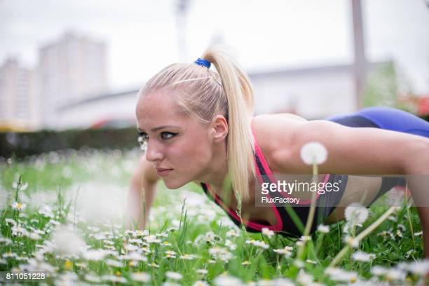 la jeune fille travaille sur une planche - blonde forte poitrine photos et images de collection