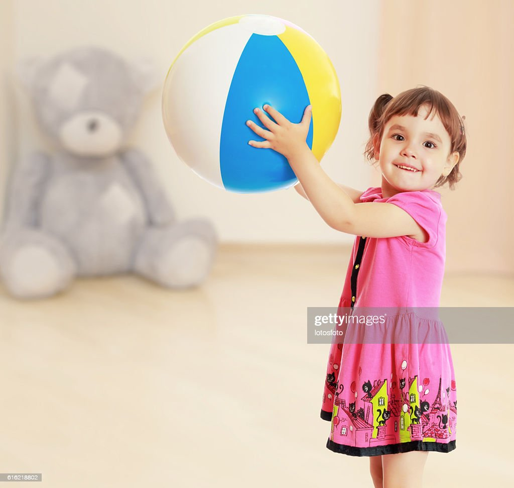 The girl with the ball turned sideways : Photo