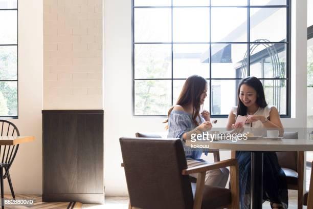 女の子は、カフェで休憩をお楽しみください。