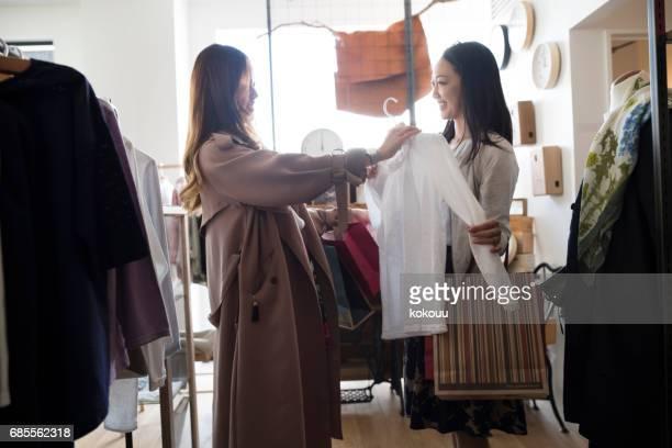 The girls like shopping.