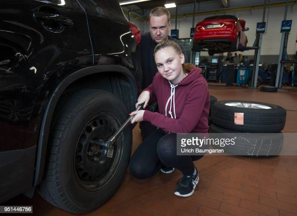The Girls'Day Girls Future Day takes place annually since 2001 The photo shows the girl Lisa and a technician at work on a car tire in a car repair...